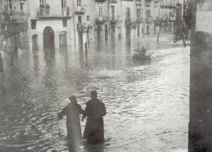 L'acqua a Piazza Sant'Onofrio raggiunge i 50cm, successivamente raggiungerà i 6m