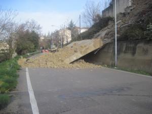 Un Muro Che Costeggia La Strada Statale Allingresso Di Polizzi Generosa Sulla SS 120 Stanotte Crollato Secondo Quanto Riporta Il Caleidoscopio