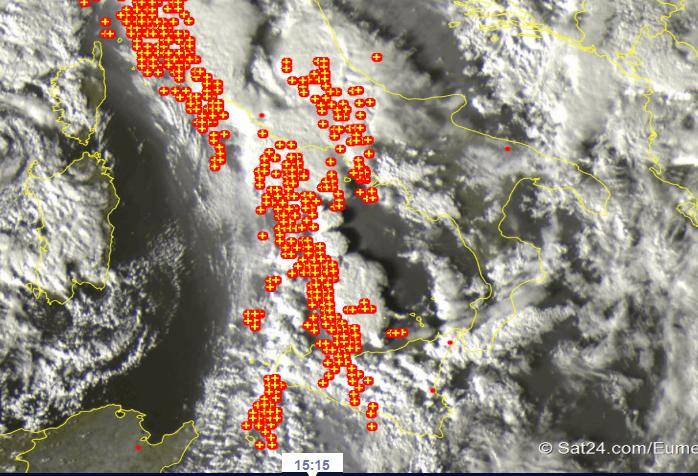 Situazione live dal sat: l'aria fresca irrompe da ovest, nubi e temporali sulla Sicilia