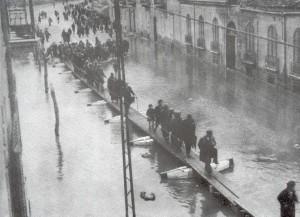 Il ponte di barche per attraversare Corso Alberto Amedeo